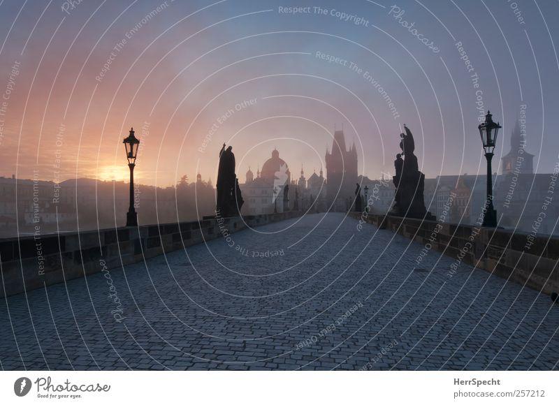 Just bevor Sunrise Prag Tschechien Hauptstadt Altstadt Brücke Sehenswürdigkeit Wahrzeichen Denkmal Karlsbrücke blau grau Nebel Morgennebel mystisch