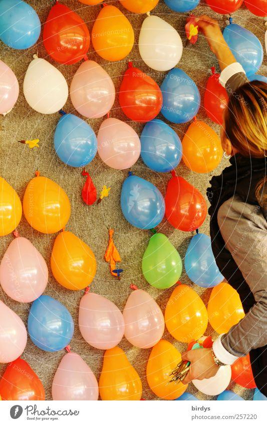 200...Moment noch, gleich geht`s weiter Darts Kinderspiel Jahrmarkt Junge Frau Jugendliche 1 Mensch leuchten frisch positiv Freude Kindheit Lebensfreude