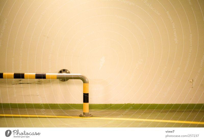 Was'n das? Nichts. alt Einsamkeit gelb Straße kalt Wand Stein Mauer Metall Fassade Schilder & Markierungen Ordnung Beginn Verkehr frisch modern