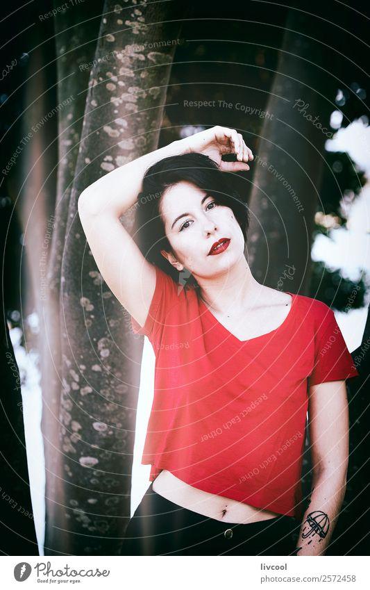 schönes Mädchen im Park II Lifestyle elegant Stil Sommer Garten Mensch feminin Frau Erwachsene Körper 1 18-30 Jahre Jugendliche Mode Unterwäsche Tattoo