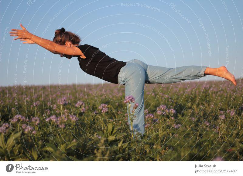 Krieger 3 Frau Blumen Yoga Mensch Natur Sommer blau schön grün Gesundheit Erwachsene natürlich feminin Sport Gras Feld Kraft
