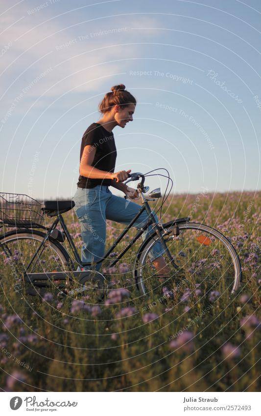Fahrradtour Frau Blumen Fahrradfahren feminin Erwachsene 1 Mensch 30-45 Jahre Natur Sonnenlicht Sommer Schönes Wetter Gras Wiese Feld laufen sprechen frei