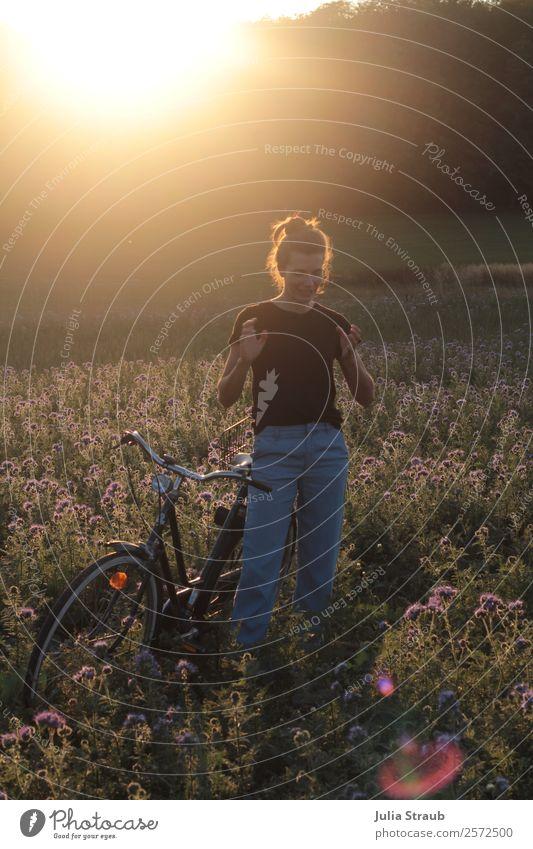 erzählen stehen Frau Fahrrad Fahrradfahren feminin Erwachsene 1 Mensch 30-45 Jahre Natur Sonnenaufgang Sonnenuntergang Sonnenlicht Sommer Schönes Wetter Blume