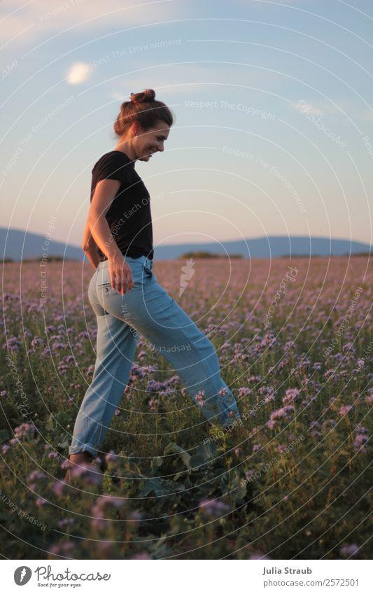 Laufen Blumen Wiese Frau feminin Erwachsene 1 Mensch 30-45 Jahre Himmel Horizont Sonnenlicht Sommer Schönes Wetter Gras phazelien Feld T-Shirt Jeanshose brünett