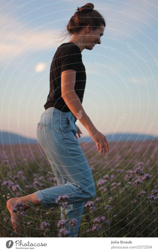 Frau Blumenwiese laufen feminin Erwachsene 1 Mensch 30-45 Jahre Natur Himmel Sonnenlicht Sommer Schönes Wetter Gras Feld T-Shirt Jeanshose brünett langhaarig