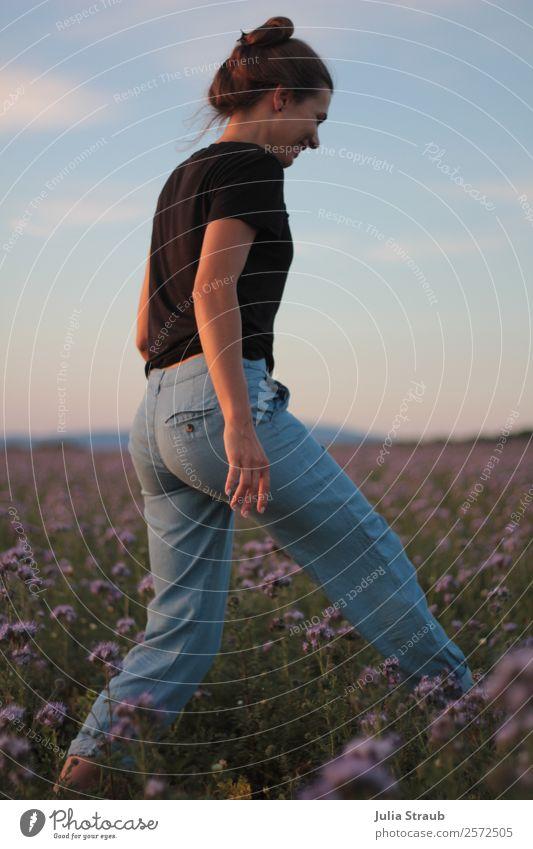 Wiese Blumen Frau Himmel Erwachsene 1 Mensch 30-45 Jahre Natur Landschaft Sonnenlicht Sommer Gras Feld T-Shirt Jeanshose brünett Zopf entdecken Erholung Lächeln