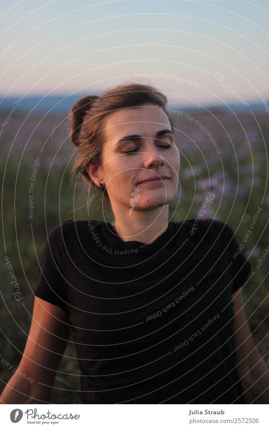 Frau liegt im Sommerabendlicht auf einem Lavendelfeld feminin Erwachsene 1 Mensch 30-45 Jahre Himmel Sonnenlicht Schönes Wetter Blume Gras Wiese T-Shirt brünett