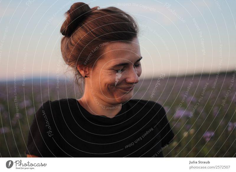 Frau schmunzeln Blumenwiese feminin Erwachsene 1 Mensch 18-30 Jahre Jugendliche Natur Himmel Sonnenaufgang Sonnenuntergang Sommer Schönes Wetter phazelie Wiese