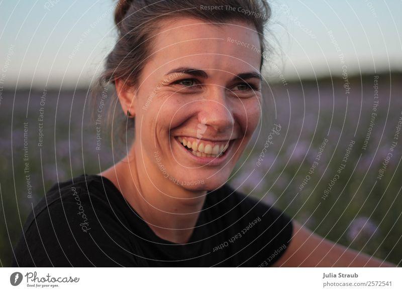 Lachen Frau Blumen fröhlich Erwachsene Kopf 1 Mensch 30-45 Jahre Natur Sonnenlicht Sommer Schönes Wetter Wiese Feld T-Shirt brünett langhaarig Zopf lachen