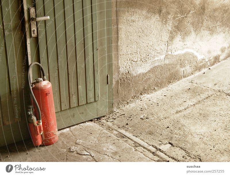 tannenbaum ... Beton Holz dreckig kaputt trist grün rot Autotür Feuerlöscher Brandschutz Sicherheit bedrohlich marode Wand Farbfoto Außenaufnahme Innenaufnahme