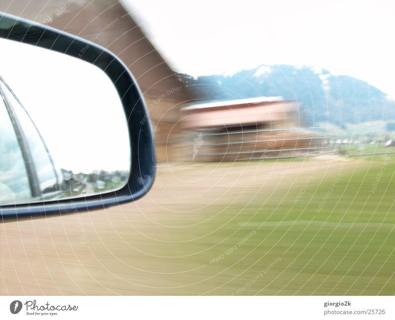 Voll In Fahrt Wiese PKW Verkehr Geschwindigkeit Schweiz Bauernhof Mobilität unterwegs Rückspiegel