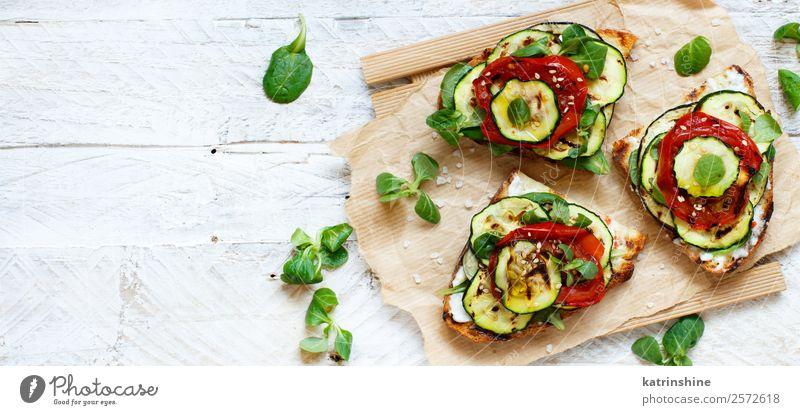 Vegetarisches Sandwich Gemüse Brot Mittagessen Diät Sommer frisch grün Burger kochen & garen Aubergine Lebensmittel grillen Gesundheit schäbig rustikal