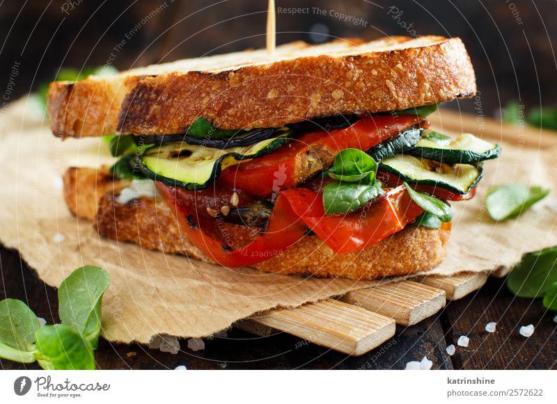 Vegetarisches Sandwich Gemüse Brot Mittagessen Diät Sommer Holz dunkel frisch braun grün Burger kochen & garen Aubergine Lebensmittel grillen Gesundheit schäbig