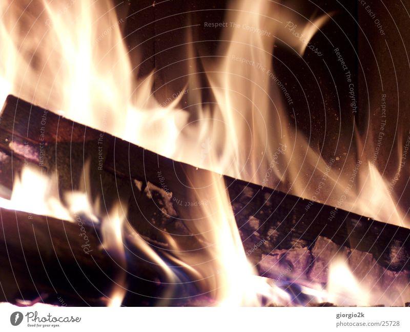 Fegefeuer II Holz heiß brennen Kohlenstoff rot schwarz Langzeitbelichtung Brand Flamme Cheminée Schornstein Feuer