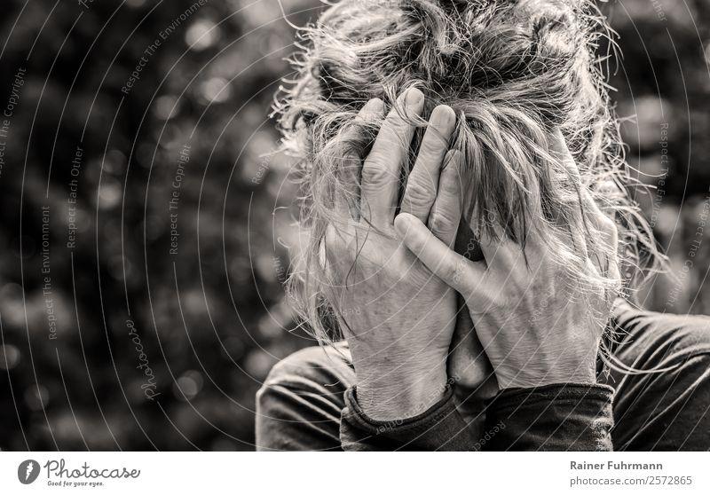 eine Frau hält sich verzweifelt die Hände vor das Gesicht Mensch feminin Erwachsene Kopf Hand 1 Denken Traurigkeit weinen alt Krankheit Sorge Trauer Tod Schmerz
