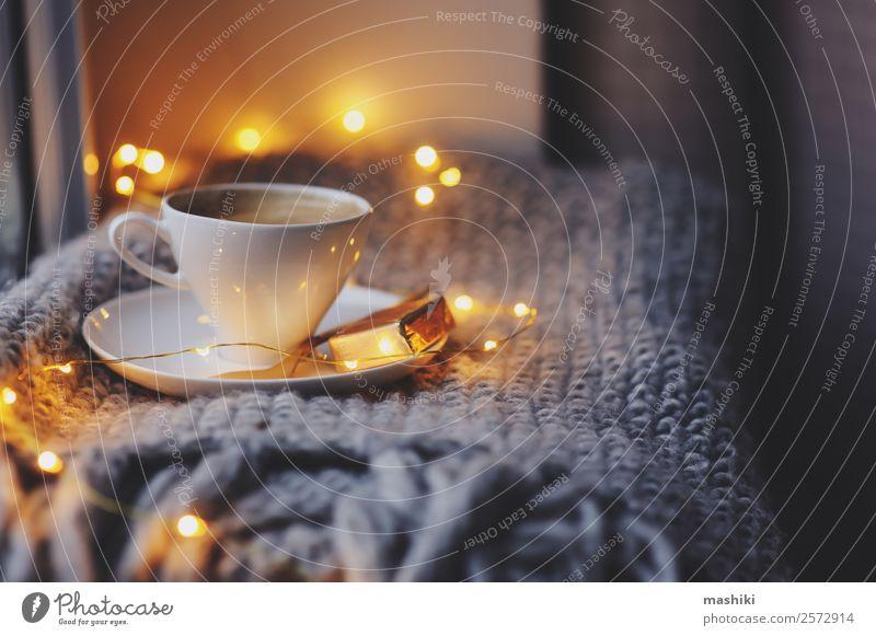 gemütlicher Winter- oder Herbstmorgen zu Hause Frühstück Kaffee Löffel Lifestyle Erholung Zeitung Zeitschrift Wetter Kerze Metall heiß modern Inspiration