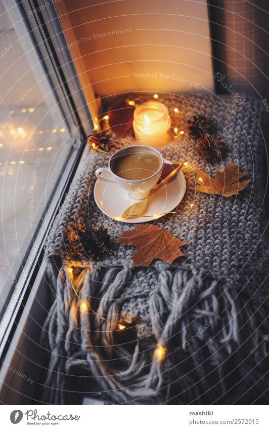 gemütlicher Winter- oder Herbstmorgen zu Hause Frühstück Kaffee Löffel Lifestyle Stil Erholung stricken Tisch Küche Zeitung Zeitschrift Wetter Wärme Kerze