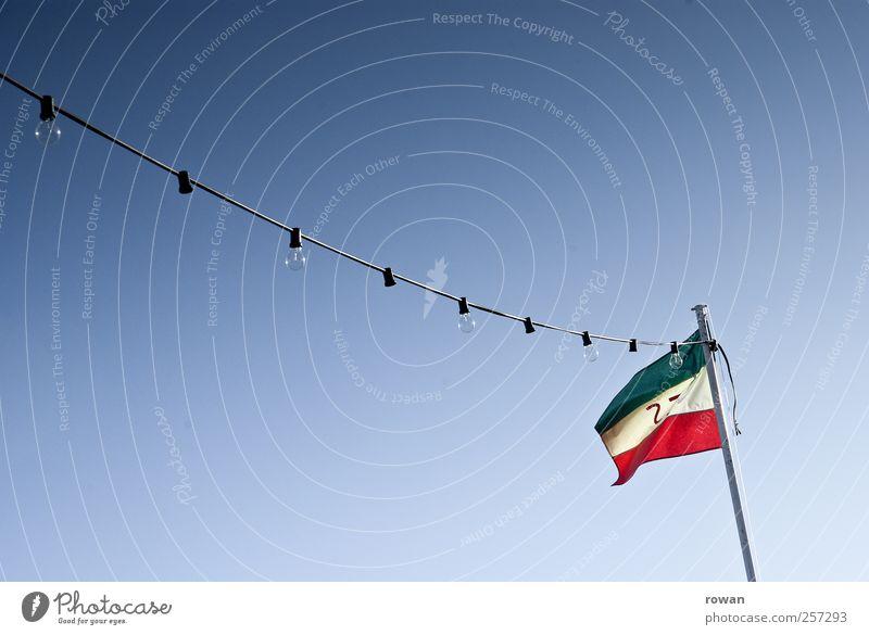 festlich Fahne Feste & Feiern hängen Freude Lichterkette Festbeleuchtung Glühbirne Wind grün rot Himmel Wolkenloser Himmel Farbfoto Außenaufnahme Menschenleer