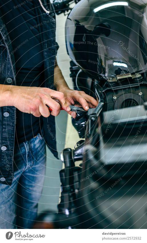 Mechanische Reparatur von kundenspezifischen Motorrädern Lifestyle Stil Arbeit & Erwerbstätigkeit Mensch Mann Erwachsene Hand Fahrzeug Motorrad Jeanshose