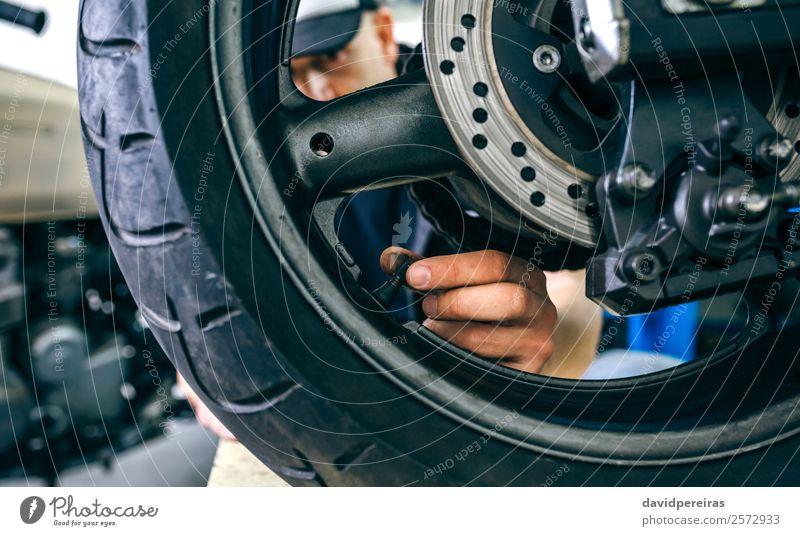 Mensch Mann Hand Lifestyle Erwachsene Stil Arbeit & Erwerbstätigkeit retro authentisch Fahrzeug Motorrad horizontal Reifen hinten Typ ernst