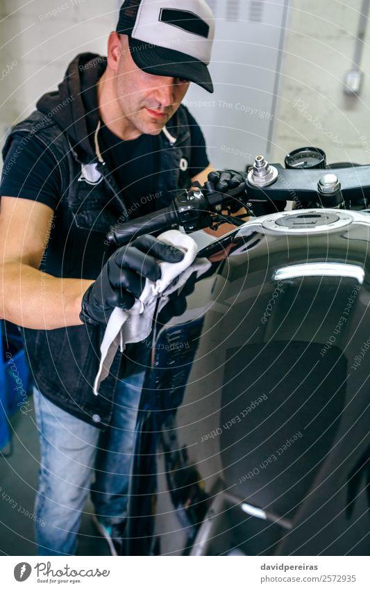 Mechanische Reinigung eines Motorrads Lifestyle Stil Arbeit & Erwerbstätigkeit Mensch Mann Erwachsene Fahrzeug Stoff authentisch hell retro schwarz Mechaniker