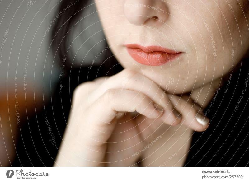 kurz mal drüber nachgedacht Frau schön feminin Denken träumen nachdenklich Lippen Anschnitt Bildausschnitt Lippenstift geschminkt Philosoph Gesichtsausschnitt Frauenmund Frauenhand Frauenkinn