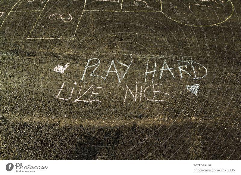 play hard, live nice Parole motto Philosophie Meinung Lebensformen Freundlichkeit humanismus Kreide Straße Asphalt pflastermalerei Schriftzeichen Typographie