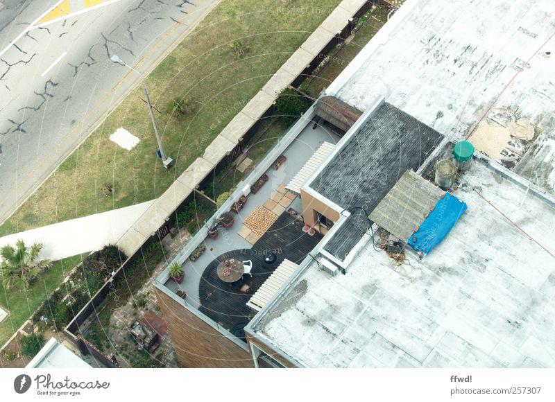 Rooftop Häusliches Leben Haus Bauwerk Gebäude Mauer Wand Terrasse Dach Straße alt einfach Einsamkeit Verfall Wandel & Veränderung Dachterrasse Farbfoto