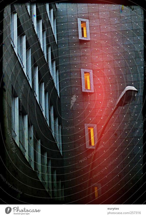 118# Stadt Stadtzentrum Hochhaus Gebäude Fassade dunkel stagnierend Straßenbeleuchtung Farbfoto Außenaufnahme Lomografie Holga Kunstlicht Lichterscheinung