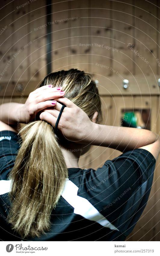 Nummer 6 revisited Lifestyle Nagellack Freizeit & Hobby Sportler Umkleideraum Mensch feminin Junge Frau Jugendliche Erwachsene Leben Kopf Haare & Frisuren Arme