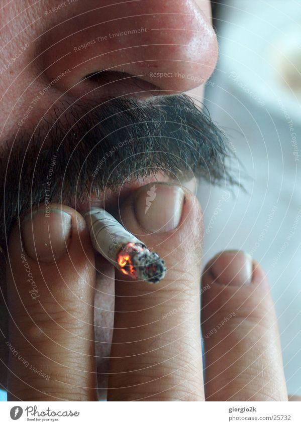 smoke Mann maskulin Zigarette ungesund Oberlippenbart Bart Finger Rauch Rauchen Nase