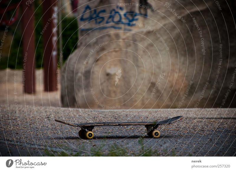 Das Böse Lifestyle Design Freude Skateboard Skateboarding Funsport Graffiti Spielplatz Erholung Spielen bedrohlich trendy braun grau rot Angst gefährlich