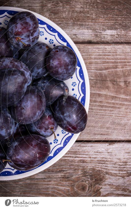 Ein Teller Zwetschgen Lebensmittel Frucht Bioprodukte Schalen & Schüsseln Gesunde Ernährung Küche Holz wählen Essen frisch Gesundheit blau Pflaume Vitamin reif