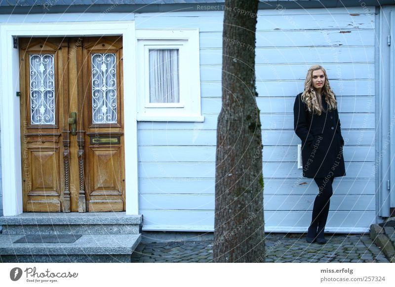 The Doors Lifestyle Haus feminin Junge Frau Jugendliche Körper 1 Mensch 18-30 Jahre Erwachsene Mode Mantel langhaarig Locken einfach elegant Fröhlichkeit frisch