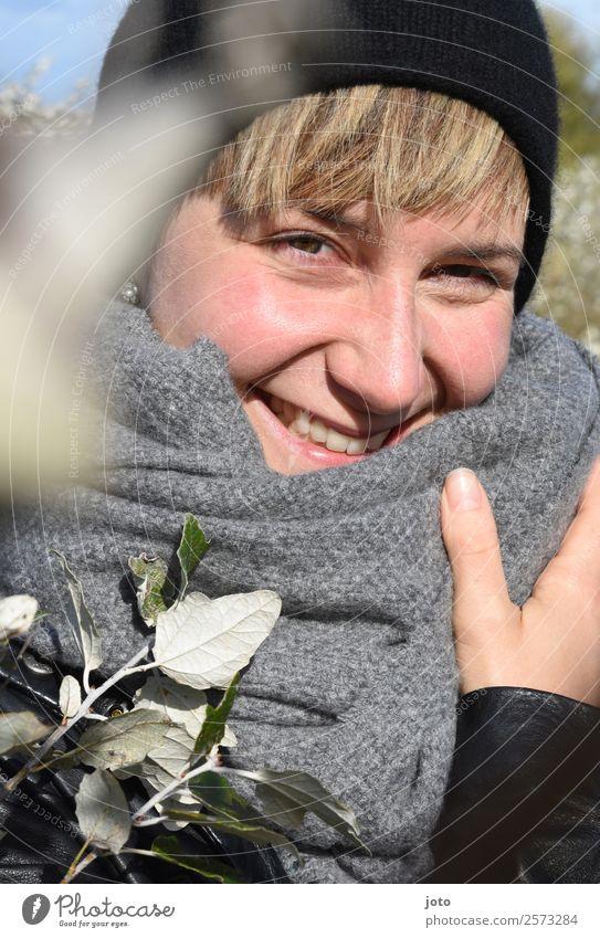 glücklich Freude Glück schön Zufriedenheit Flirten feminin Junge Frau Jugendliche 18-30 Jahre Erwachsene 30-45 Jahre Natur Herbst Schönes Wetter Sträucher Schal