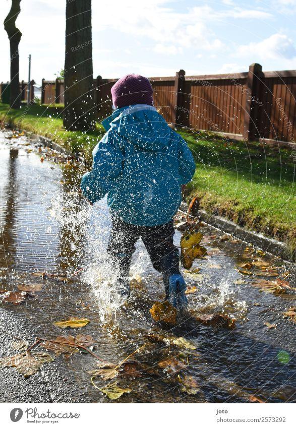 Herbsttag Ausflug Kind Kleinkind 1 Mensch 1-3 Jahre Schutzbekleidung Gummistiefel Bewegung laufen rennen frei sportlich Freude Lebensfreude Begeisterung