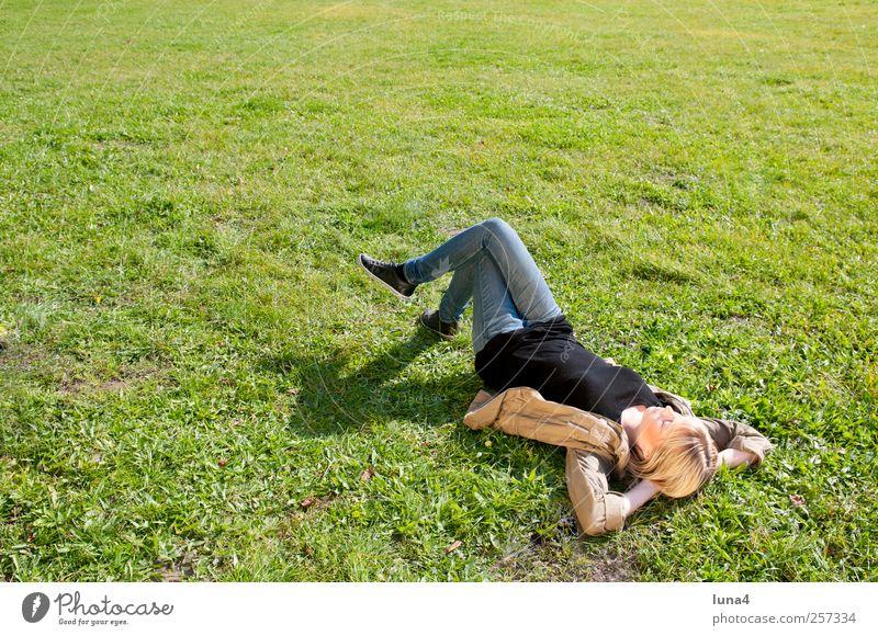Pause Erholung Mensch feminin Junge Frau Jugendliche 1 18-30 Jahre Erwachsene Wiese blond schlafen träumen warten grün Gelassenheit teenager sonnig alleine