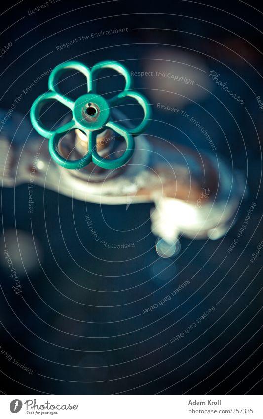 Wasserhahn Metall ästhetisch Kunst Weltall Farbfoto Außenaufnahme Nahaufnahme Textfreiraum unten Tag Starke Tiefenschärfe