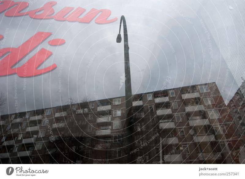 Jetzt Und Hier Handel Typographie Himmel schlechtes Wetter Kreuzberg Stadthaus Fassade Glasscheibe Schriftzeichen dunkel eckig grau Laternenpfahl Ladengeschäft