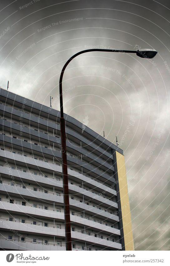 Früher war mehr Lametta Himmel Stadt Wolken Haus Fenster Wand Architektur grau Gebäude Mauer Regen Wetter Tür Fassade Armut