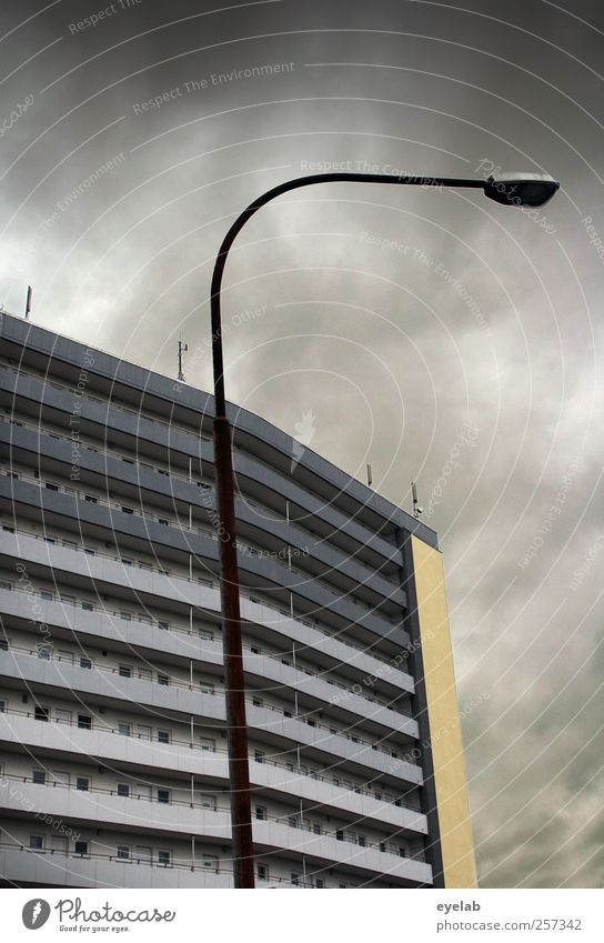 Früher war mehr Lametta Technik & Technologie Telekommunikation Himmel Wolken Gewitterwolken Wetter schlechtes Wetter Regen Stadt Haus Hochhaus Bauwerk Gebäude