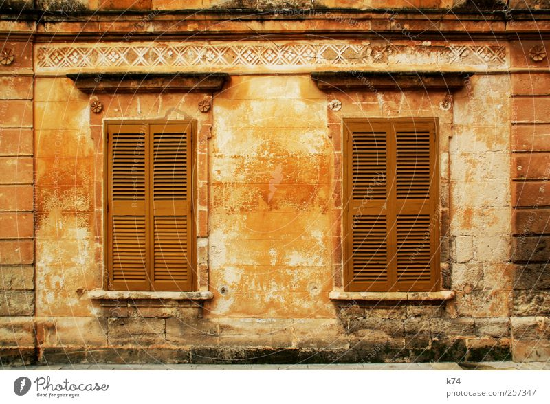 frágil Haus Fassade Fenster alt dreckig braun gelb gold Verfall Vergänglichkeit Häusliches Leben geschlossen Fensterladen Klassizismus Nostalgie Farbfoto