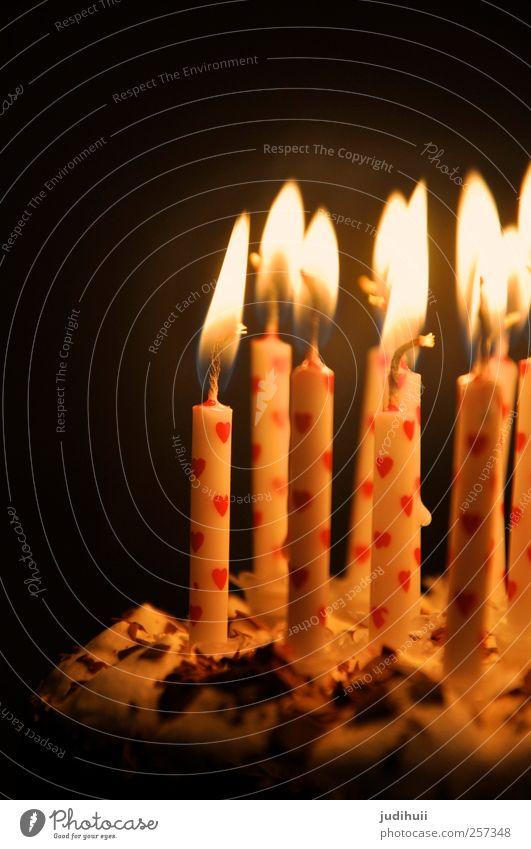 Geburtstagskuchen Kuchen Torte Dessert Feste & Feiern Kerze Kerzenschein leuchten hell rot schwarz weiß Herz schön Farbfoto Detailaufnahme Textfreiraum oben