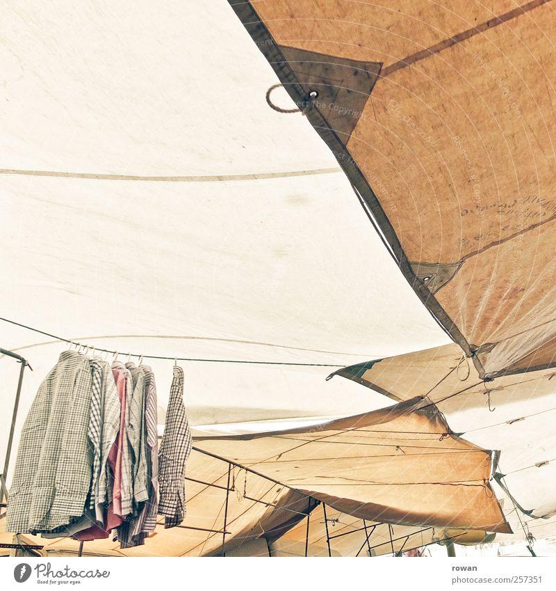 kleidermarkt alt braun Bekleidung Dach Stoff Schutz Schnur Jacke Hemd Anzug Markt verkaufen Abdeckung aufhängen Wetterschutz gestellt