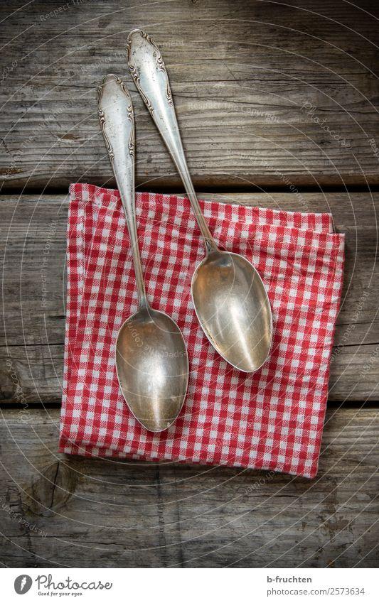 Zwei alte Silberlöffel Besteck Löffel Küche Essen festhalten dunkel authentisch elegant silber Vergangenheit Vergänglichkeit rustikal Serviette kariert Paar 2