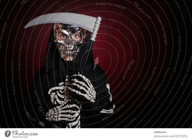 Junge in Skelettkostüm an Halloween Lifestyle Behandlung Party Feste & Feiern Mensch maskulin Kind Kleinkind Kindheit 1 8-13 Jahre Herbst Bewegung festhalten