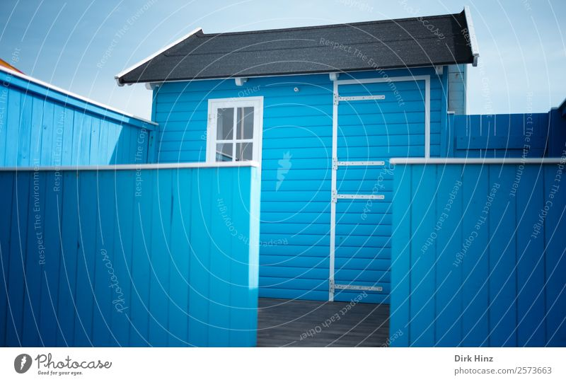 Strandhaus auf der dänischen Insel Ærø Dorf Haus Hütte Bauwerk Gebäude Mauer Wand Fassade Terrasse Fenster Tür niedlich blau Strandhütte Dänemark Skandinavien