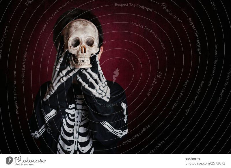 Junge in Skelettkostüm an Halloween Lifestyle Freude Behandlung Party Feste & Feiern Mensch maskulin Kind Kleinkind Kindheit 1 8-13 Jahre Herbst Bewegung