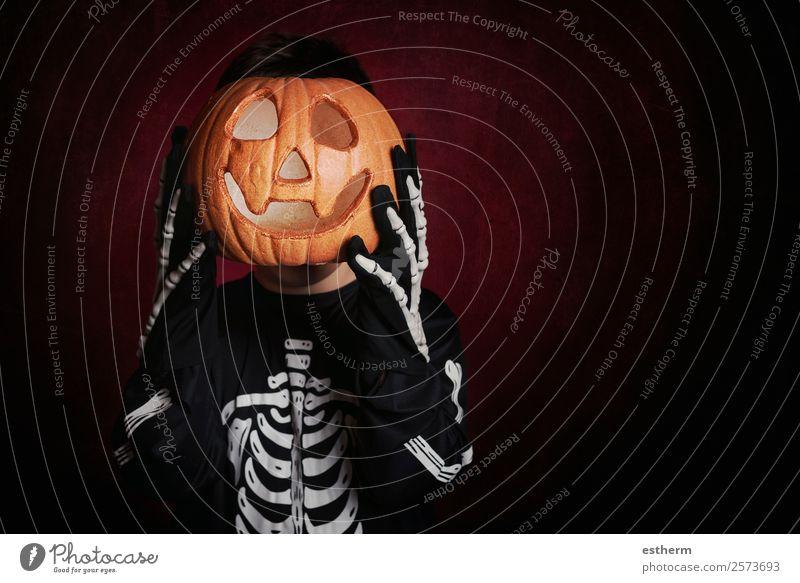 Junge in Skelettkostüm an Halloween Lifestyle Freude Behandlung Feste & Feiern Mensch maskulin Kind Kleinkind Kindheit 1 8-13 Jahre Herbst Bewegung Fitness