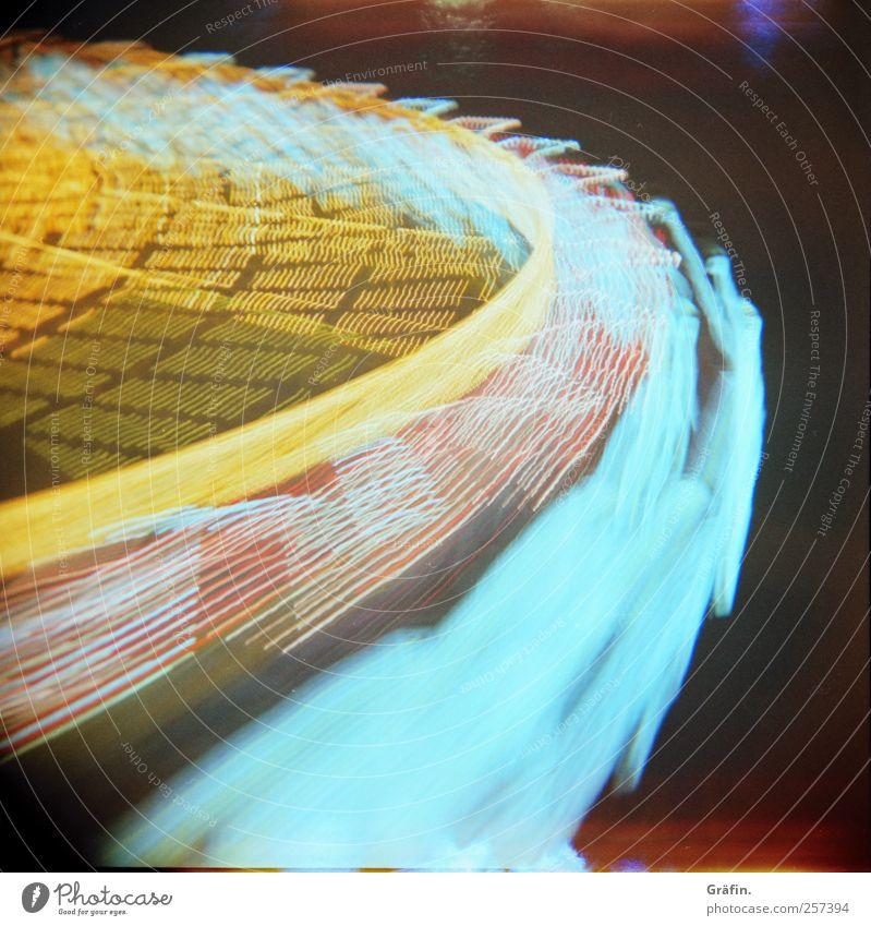 Dom continues Oktoberfest Jahrmarkt Bewegung drehen fahren glänzend leuchten Kitsch Geschwindigkeit wild blau mehrfarbig gelb schwarz Freude Fröhlichkeit Leben